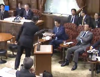 安倍首相に資料を渡す福山哲郎さん